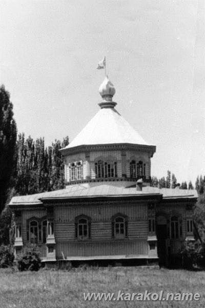Храм Пресвятой Троицы, преобразованный при советской власти в спортивную школу, с красными флагами вместо крестов. 1982 год.